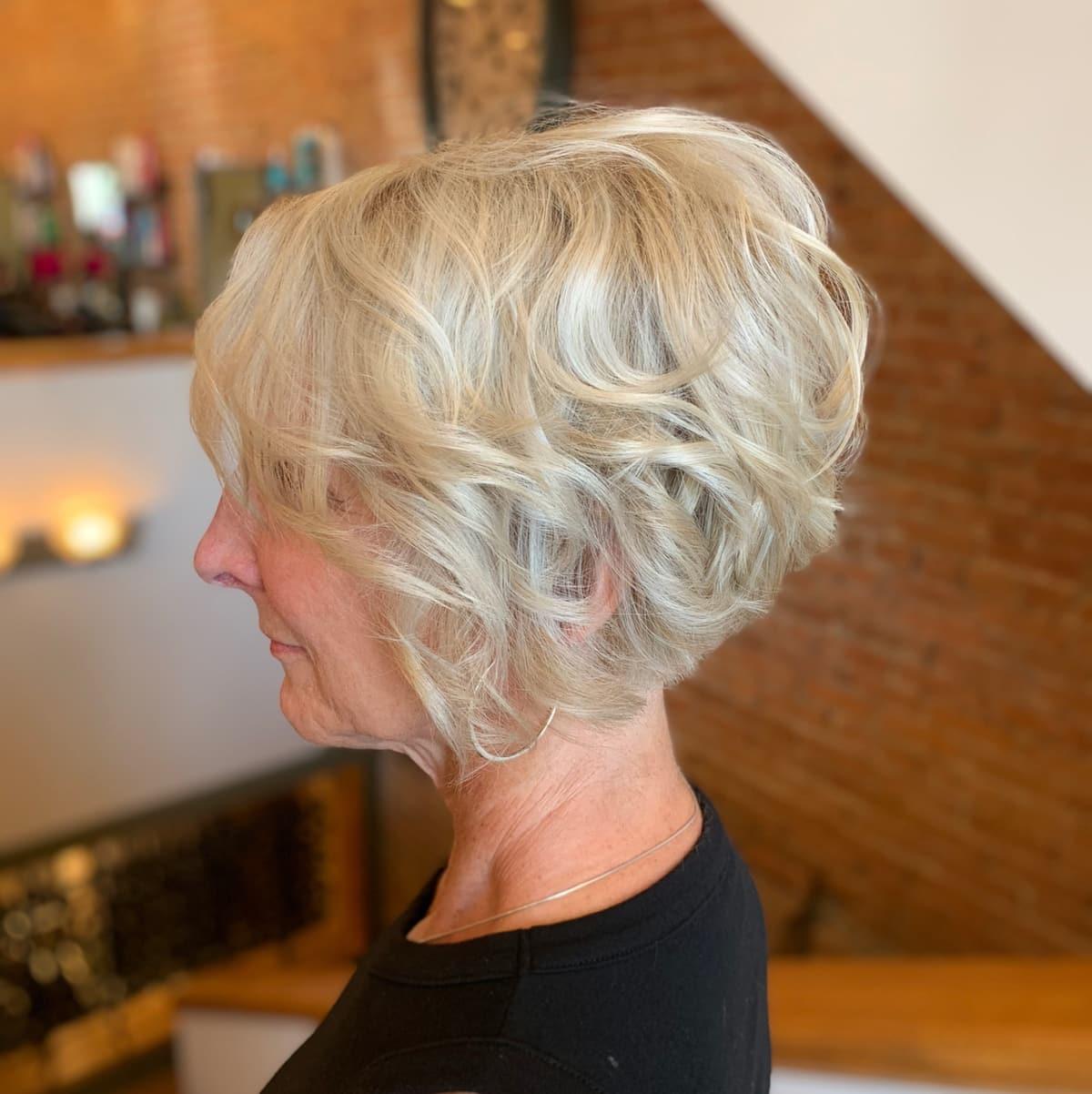 Coupe courte pour les femmes âgées aux cheveux épais