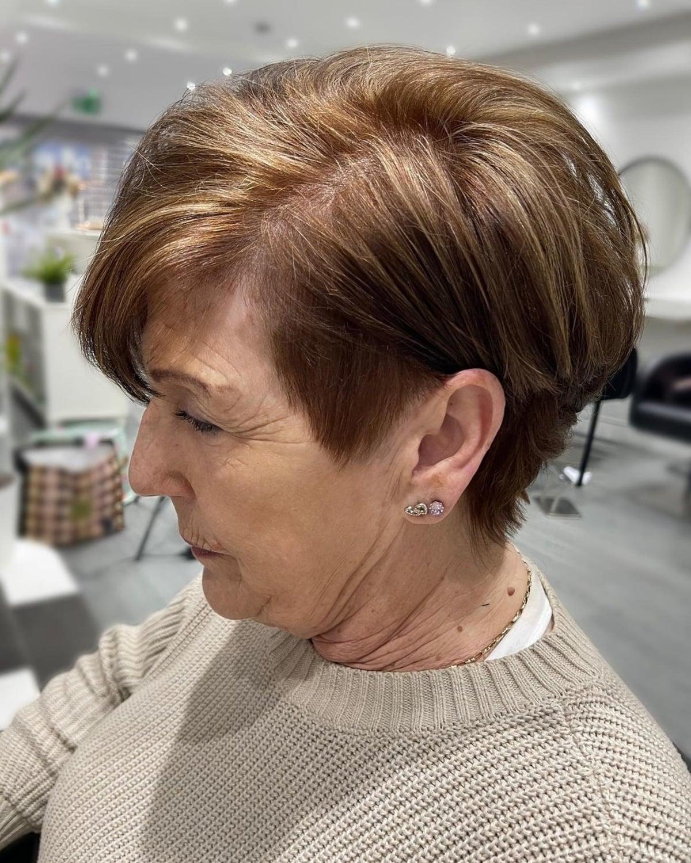 Pixie Bob ébouriffé avec un côté rasé pour les femmes plus âgées.