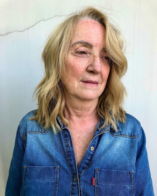 Coupe de cheveux lobée et ondulations de plage pour les personnes âgées