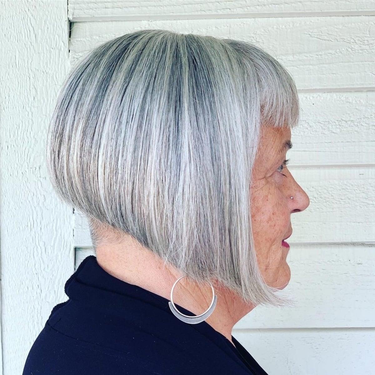 Coupe de cheveux très courte pour les femmes âgées et audacieuses.