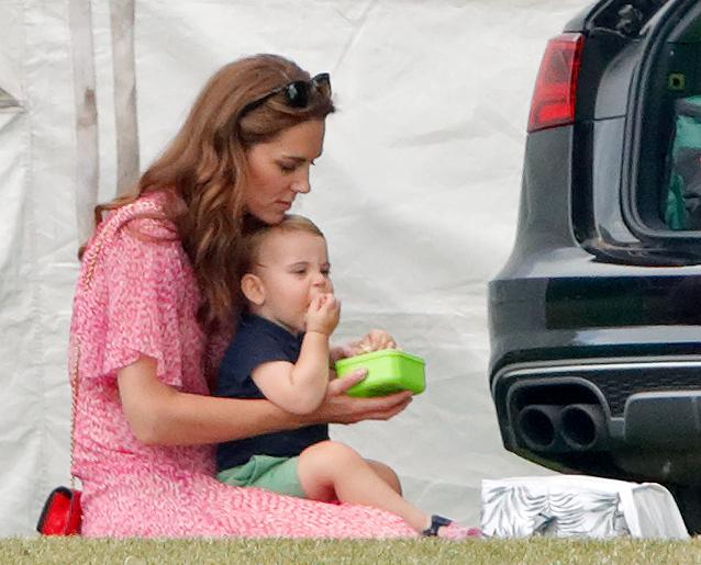 Le prince Louis en train de manger