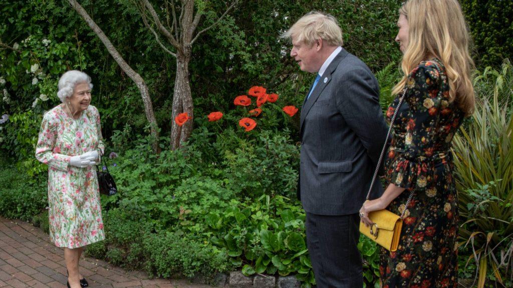 Le Premier ministre britannique Boris Johnson, son épouse Carrie Johnson, la reine Elizabeth II, le prince William, duc de Cambridge et Catherine, duchesse de Cambridge arrivent à un apéritif pour la reine Elizabeth II et les dirigeants du G7 à l'Eden Project pendant le sommet du G7, le 11 juin 2021 à St Austell, Cornouailles, Angleterre.