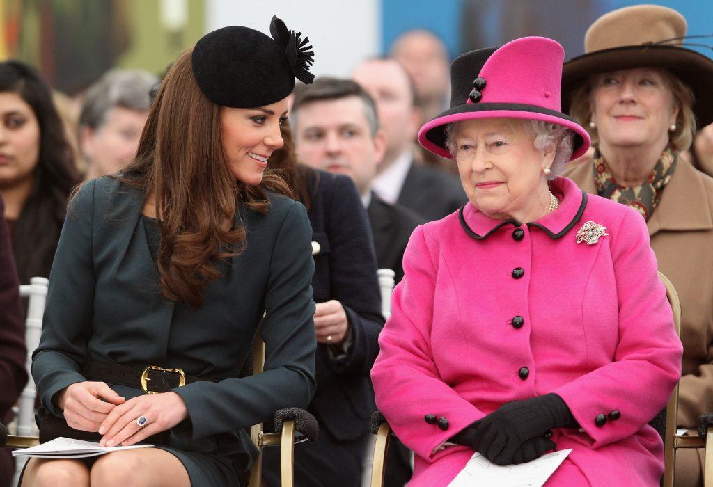 La reine Elizabeth II et Catherine, duchesse de Cambridge, assistent à un défilé de mode.