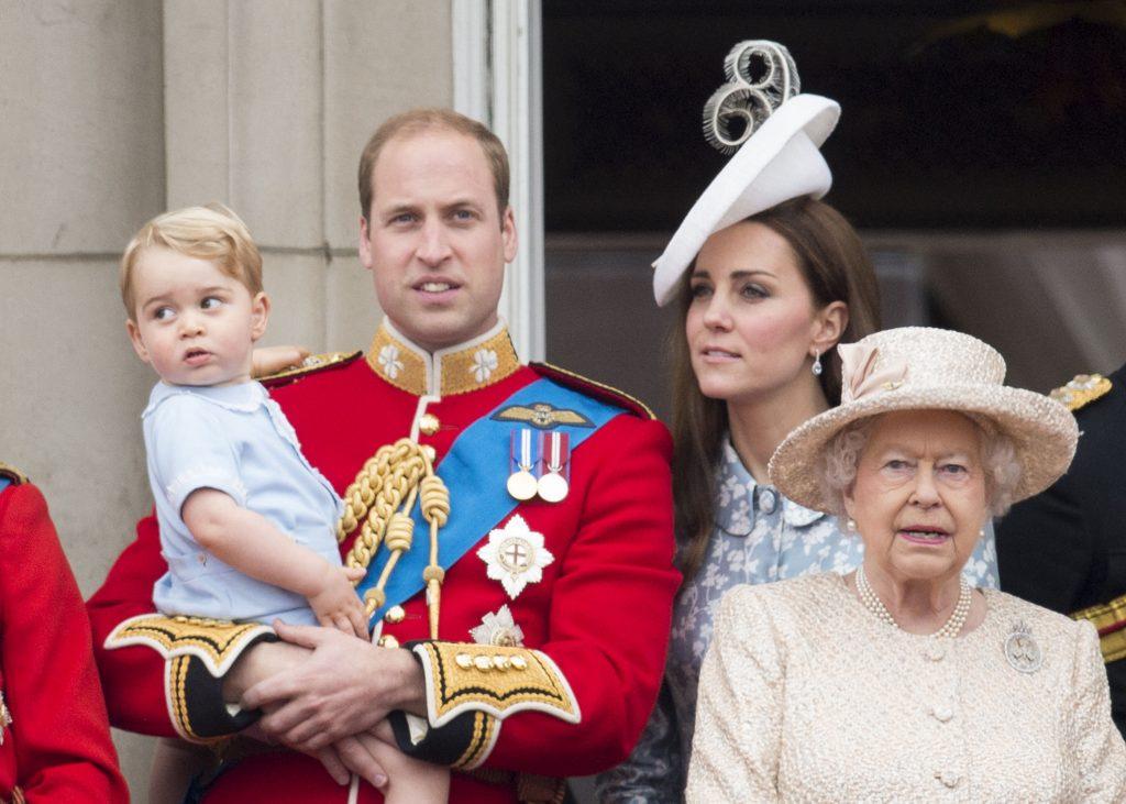 La reine Elizabeth II avec le prince William, duc de Cambridge et Catherine, duchesse de Cambridge avec le prince George de Cambridge lors de la cérémonie annuelle du Trooping The Colour.