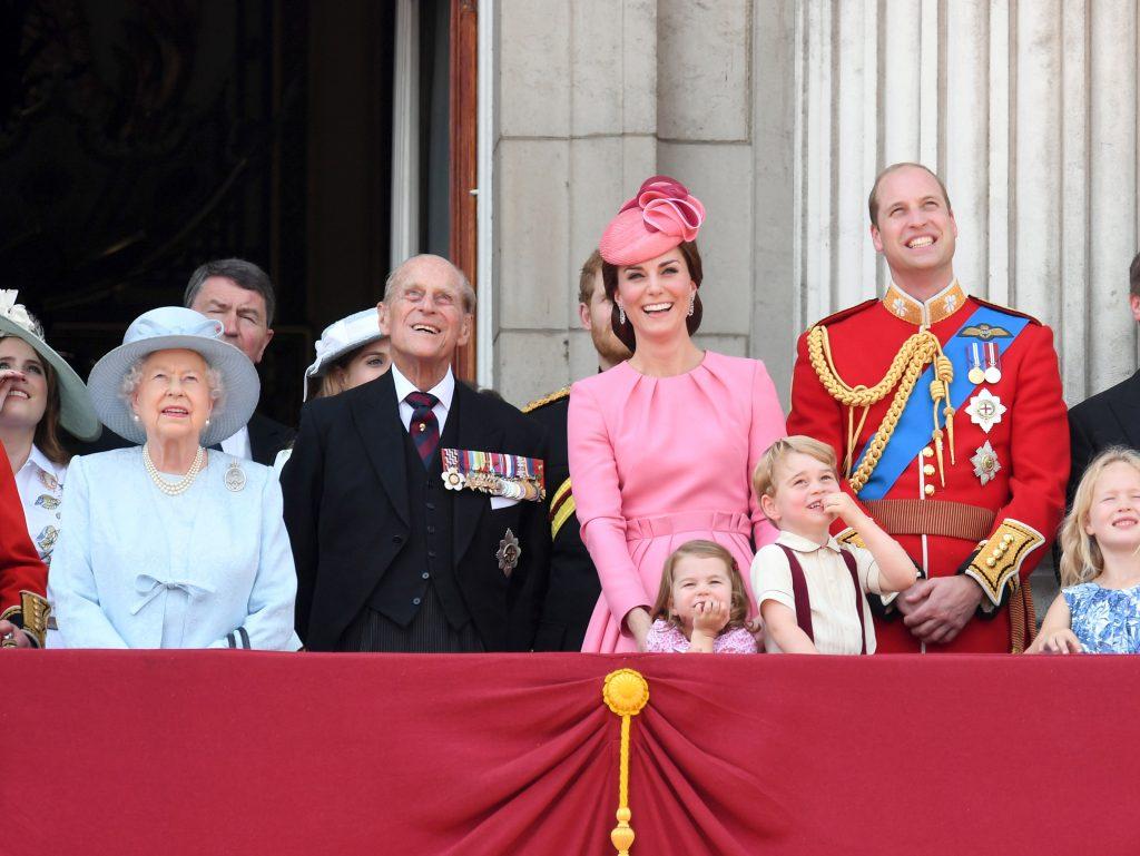 La reine Élisabeth II, le prince Philip, duc d'Édimbourg, Catherine, duchesse de Cambridge, la princesse Charlotte de Cambridge, le prince George de Cambridge et le prince William lors du défilé des drapeaux.