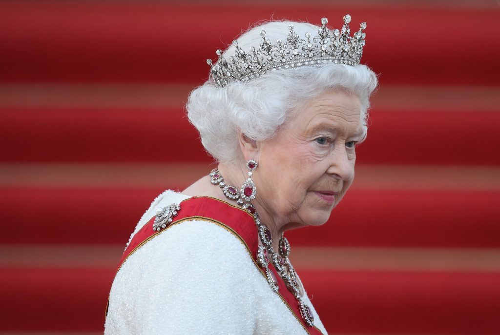 La Reine Elizabeth II arrive au banquet d'État organisé en son honneur au château de Bellevue.