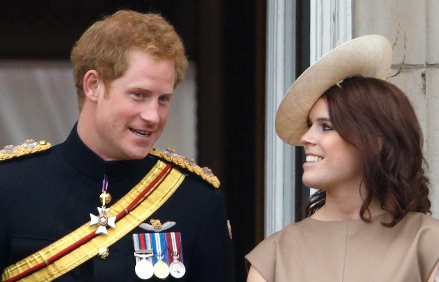 Le prince Harry et la princesse Eugénie se tiennent sur le balcon du palais de Buckingham pendant la parade du drapeau, le 13 juin 2015.