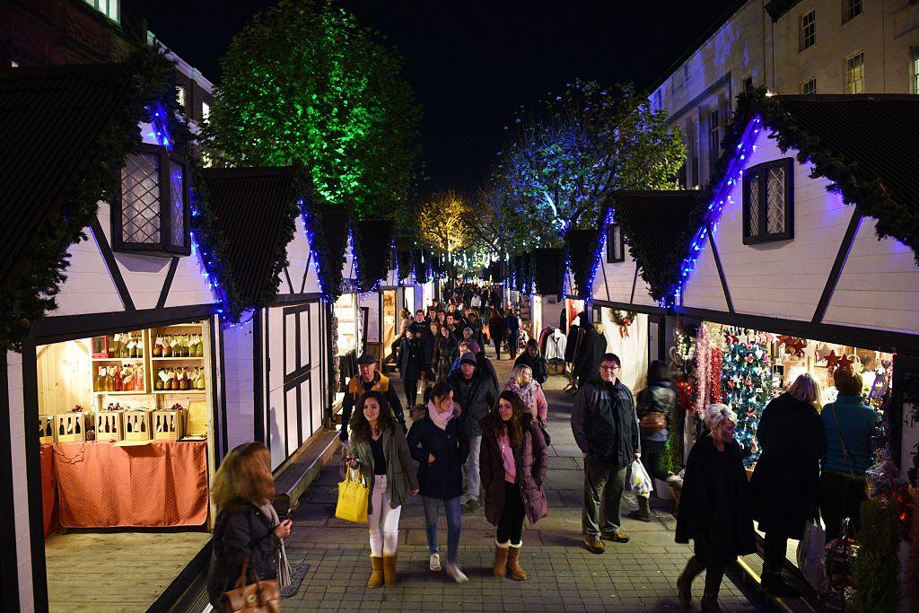 Membres du public faisant des achats sur le marché de Noël