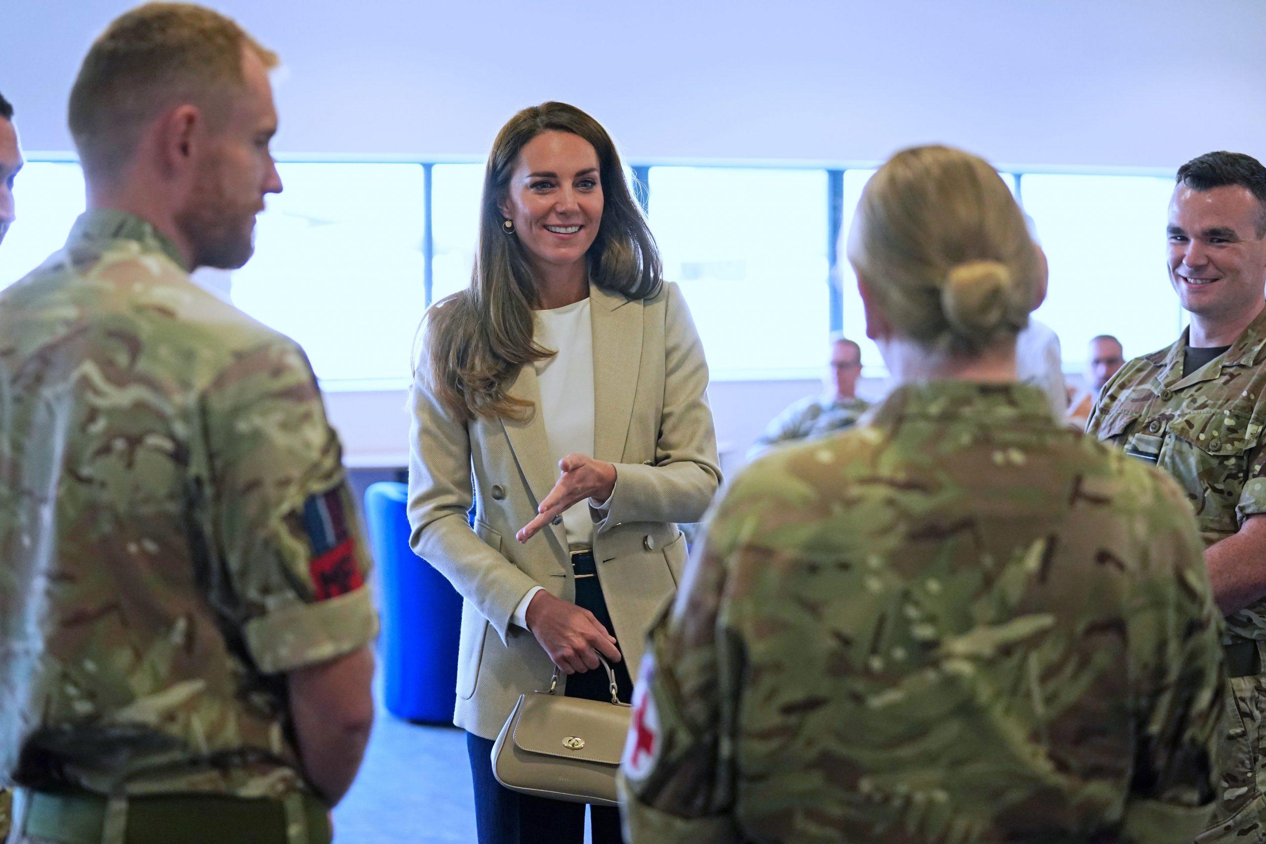Tenue de Kate Middleton à BRIZE NORTON, ANGLETERRE - 15 SEPTEMBRE : Catherine, duchesse de Cambridge, arrive pour rencontrer ceux qui ont soutenu l'évacuation des civils britanniques d'Afghanistan, à la RAF Brize Norton le 15 septembre 2021 à Brize Norton, Angleterre. L'opération PITTING, la plus grande opération d'aide humanitaire depuis plus de 70 ans, s'est déroulée du 14 au 28 août, où plus de 15 000 personnes ont été évacuées de Kaboul par la Royal Air Force. (Photo par Chris Jackson/Getty Images)
