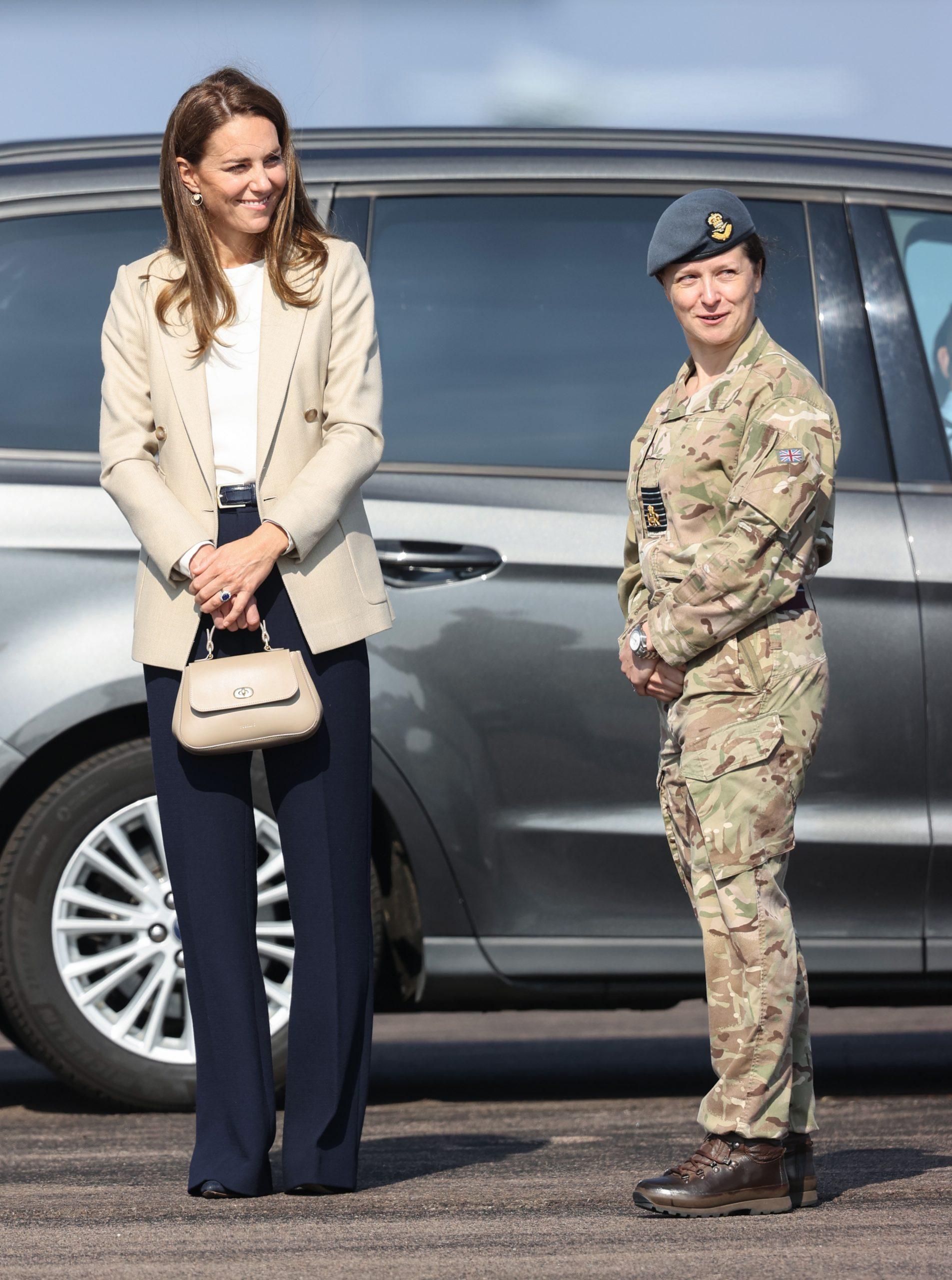 Tenue de Kate Middleton à BRIZE NORTON, ANGLETERRE - 15 SEPTEMBRE : Catherine, duchesse de Cambridge, arrive pour rencontrer ceux qui ont soutenu l'évacuation des civils d'Afghanistan par le Royaume-Uni, à la RAF Brize Norton, le 15 septembre 2021 à Brize Norton, en Angleterre. L'opération PITTING, la plus grande opération d'aide humanitaire depuis plus de 70 ans, s'est déroulée du 14 au 28 août, où plus de 15 000 personnes ont été évacuées de Kaboul par la Royal Air Force. (Photo par Chris Jackson/Getty Images)