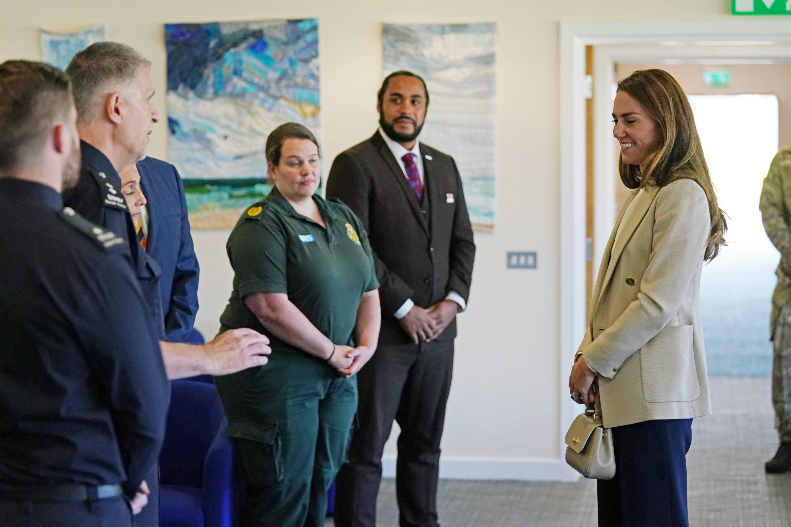 Kate Middleton en tenue à BRIZE NORTON, ANGLETERRE - 15 SEPTEMBRE : Catherine, duchesse de Cambridge arrive pour rencontrer ceux qui ont soutenu l'évacuation des civils britanniques d'Afghanistan, à la RAF Brize Norton le 15 septembre 2021 à Brize Norton, Angleterre. L'opération PITTING, la plus grande opération d'aide humanitaire depuis plus de 70 ans, s'est déroulée du 14 au 28 août, où plus de 15 000 personnes ont été évacuées de Kaboul par la Royal Air Force. (Photo par Chris Jackson/Getty Images)