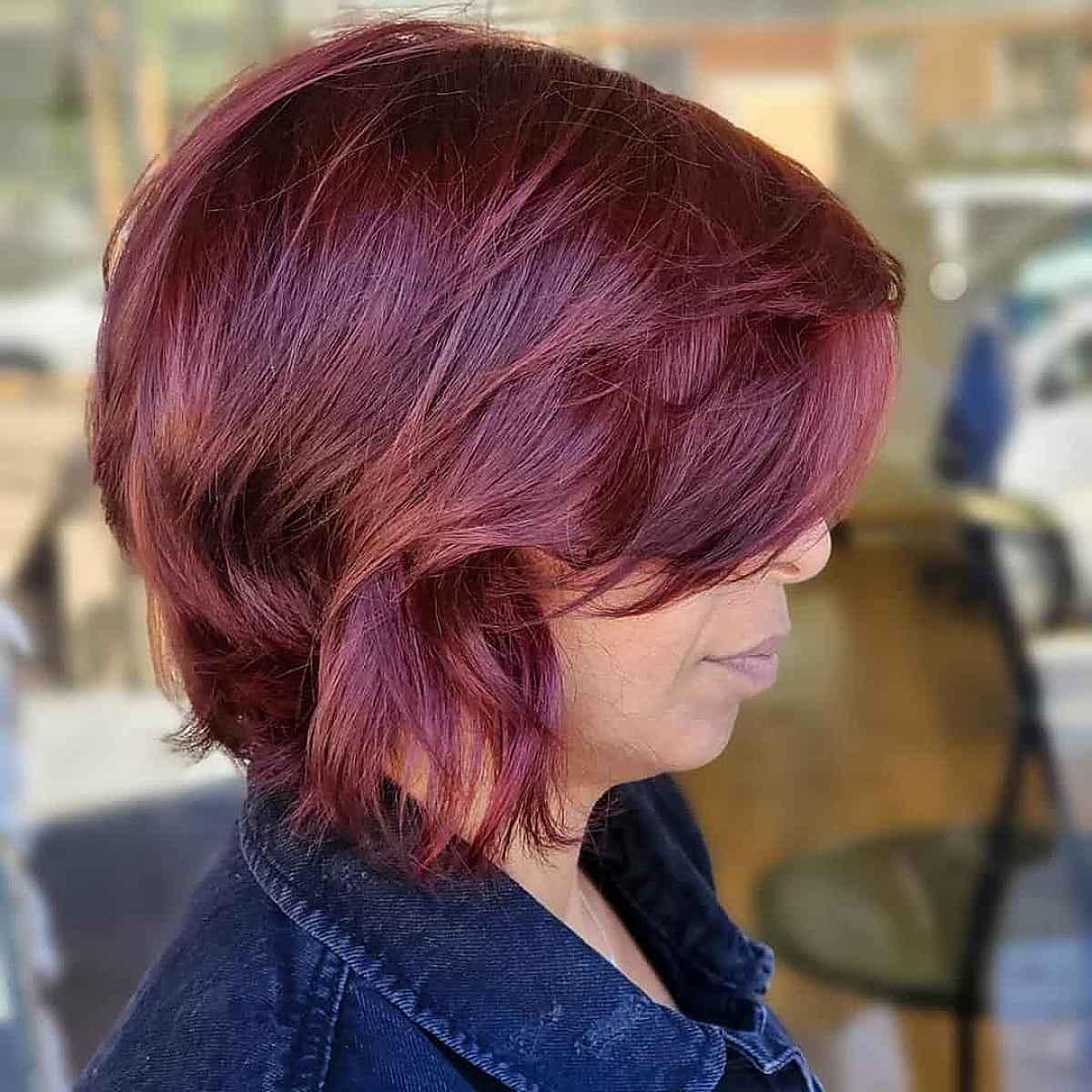 Couleur d'automne rouge prune vibrant pour les femmes de plus de 40 ans.