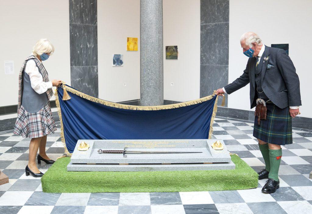 Le Prince Charles, Prince de Galles, et Camilla, Duchesse de Cornouailles, dévoilent une épée pour commémorer le 700ème anniversaire de l'octroi des terres de liberté à Aberdeen.
