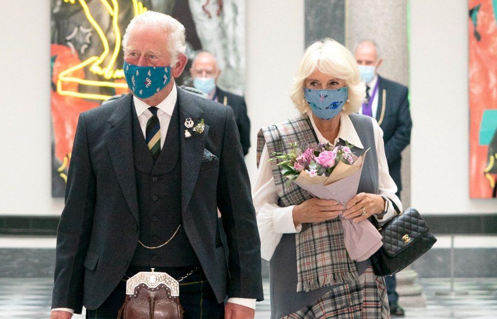 Le prince Charles, prince de Galles et Camilla, duchesse de Cornouailles lors d'une visite pour l'ouverture officielle de la galerie d'art réaménagée d'Aberdeen.