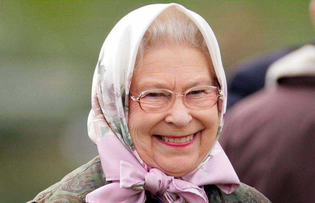 La Reine Elizabeth II regarde la classe du Highland Pony lors du troisième jour du Royal Windsor Horse Show.