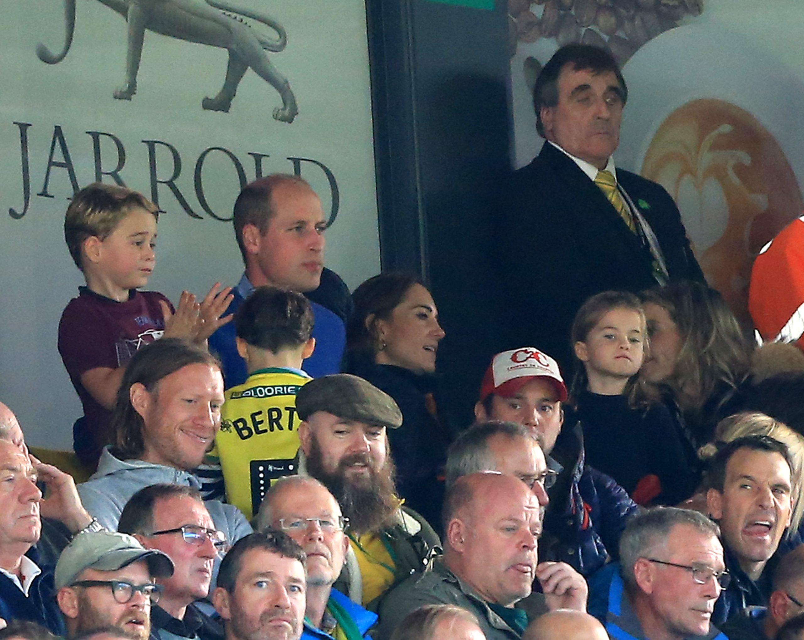 Le Prince George, la Princesse Charlotte, Kate Middleotn et le Prince William lors d'un match de football d'Aston Villa.