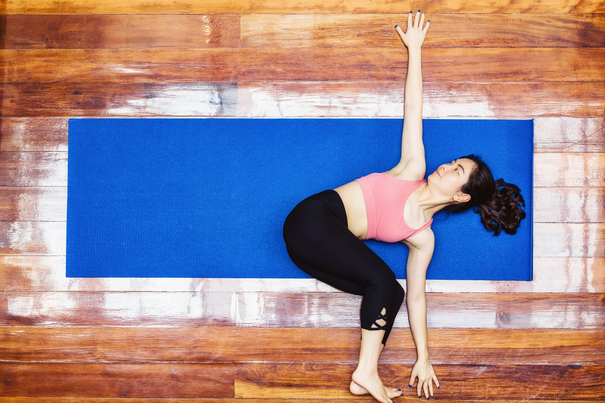 Femme faisant une démonstration de la torsion du dos.