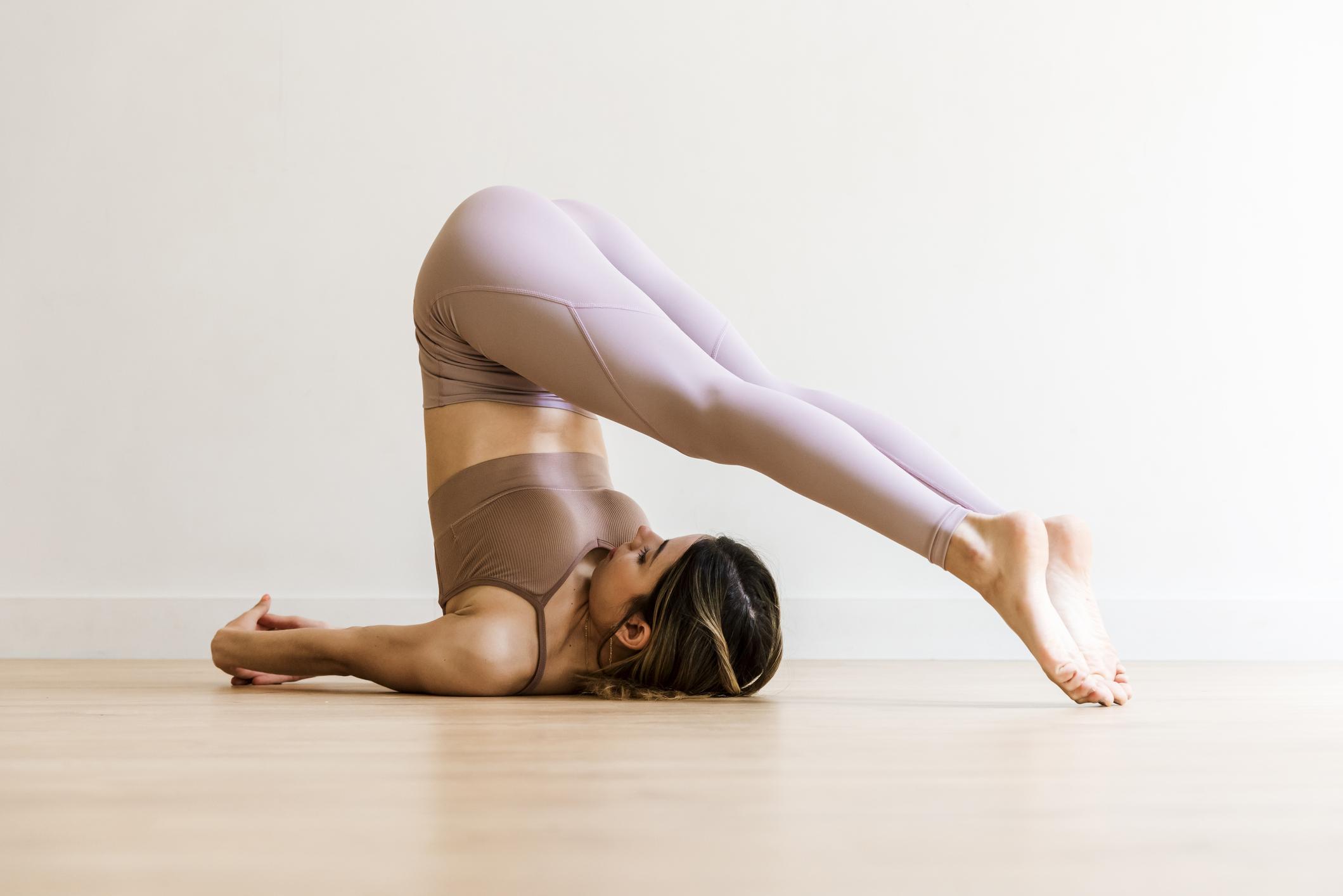 La pose de yoga Halasana, idéale pour évacuer les gaz emprisonnés.