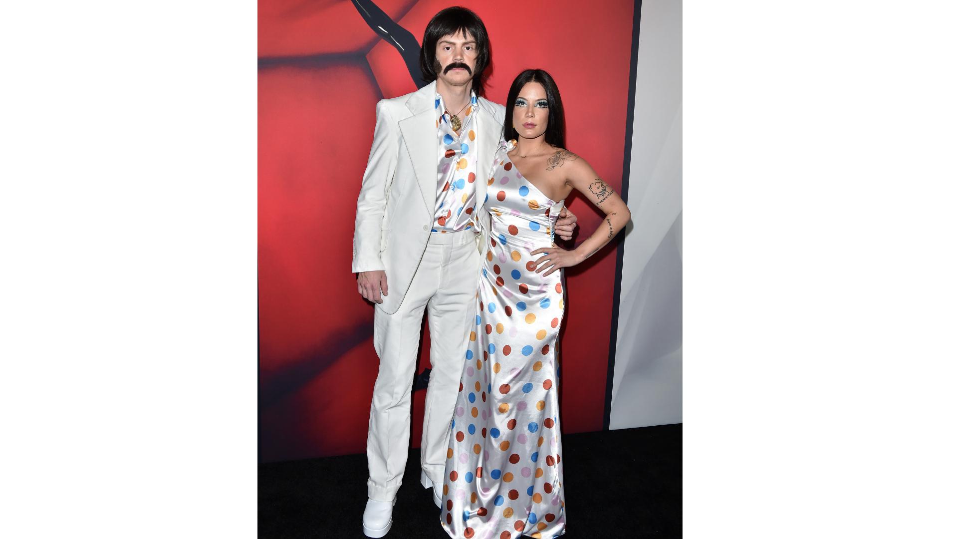 Evan Peters et Halsey dans le rôle de Sonny et Cher.