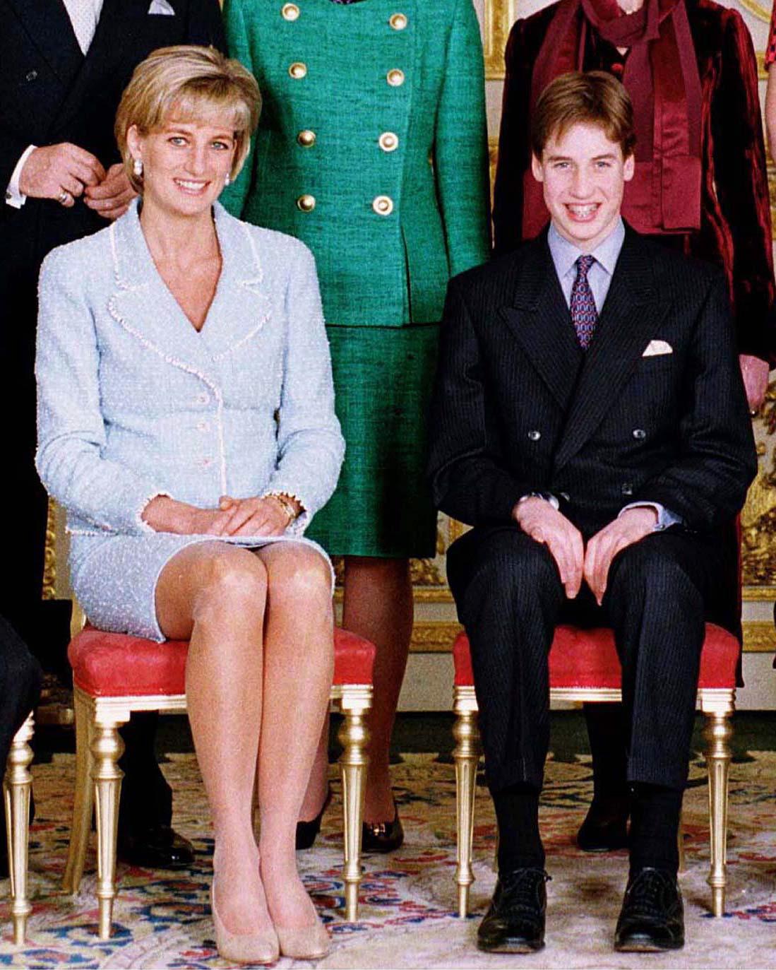 Prince William et Princesse Diana- WINDSOR, ROYAUME-UNI - 09 MARS : Le Prince William lors de la confirmation avec le Prince Charles et la Princesse Diana au Château de Windsor (Photo par Tim Graham Picture Library/Getty Images)