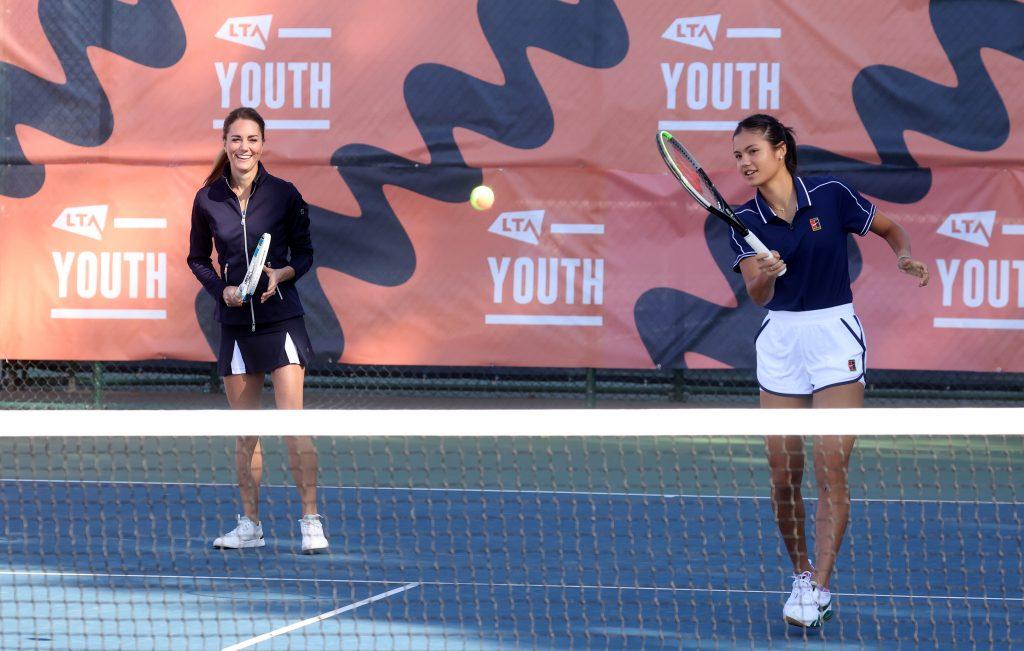 Catherine, Duchesse de Cambridge et la championne britannique de l'US Open, Emma Raducanu, en action au Centre national de tennis de la LTA.