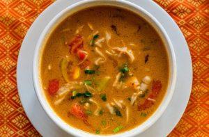 Soupe tom yum au poulet à faible teneur en glucides