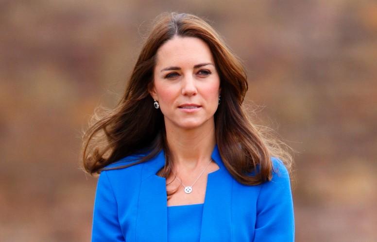 Catherine, duchesse de Cambridge, visite l'installation artistique du champ de coquelicots.