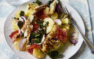 Salade de pommes de terre chaudes avec maquereau fumé