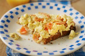 Œufs brouillés au saumon fumé, une partie de nos idées de déjeuners à faible teneur en glucides.