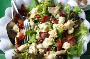 Idées de déjeuners à faible teneur en glucides : salade au fromage bleu