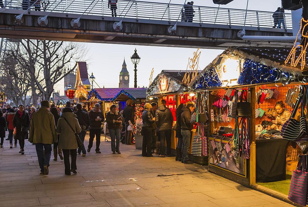 Marché de Noël le soir sur South Bank à Londres