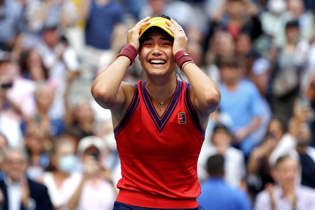 La Britannique Emma Raducanu célèbre sa victoire sur la balle de match contre Leylah Annie Fernandez.