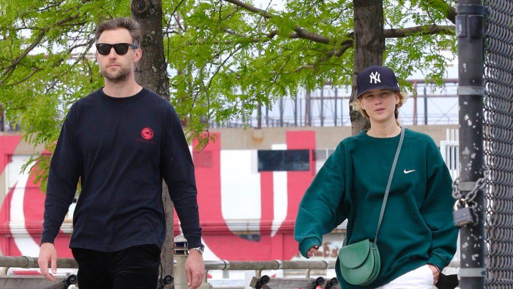 Jennifer Lawrence est vue en train de se promener au bord de la rivière Hudson avec son mari Cooke Maroney le 24 mai 2021 à New York City, New York.