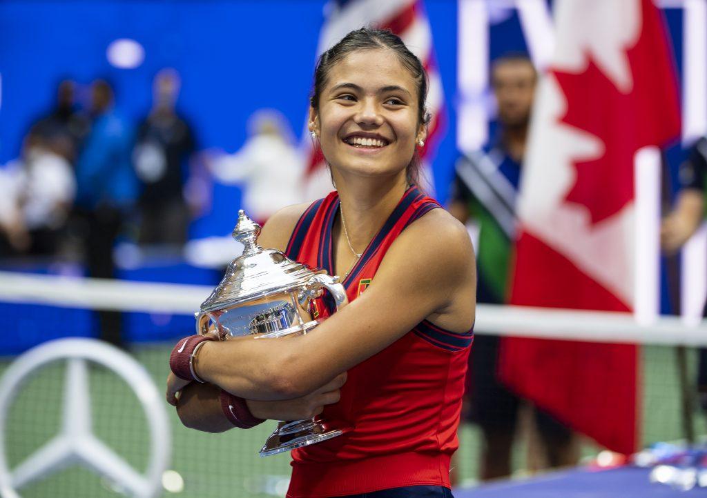 La Britannique Emma Raducanu célèbre avec le trophée du vainqueur de l'US Open.