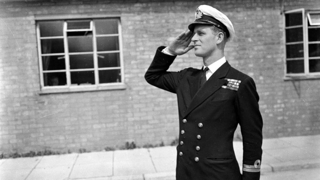 Le lieutenant Philip Mountbatten, époux de la princesse Elizabeth, reprend ses cours à l'école des officiers de la marine royale à Kingsmoor, Hawthorn, Wiltshire.