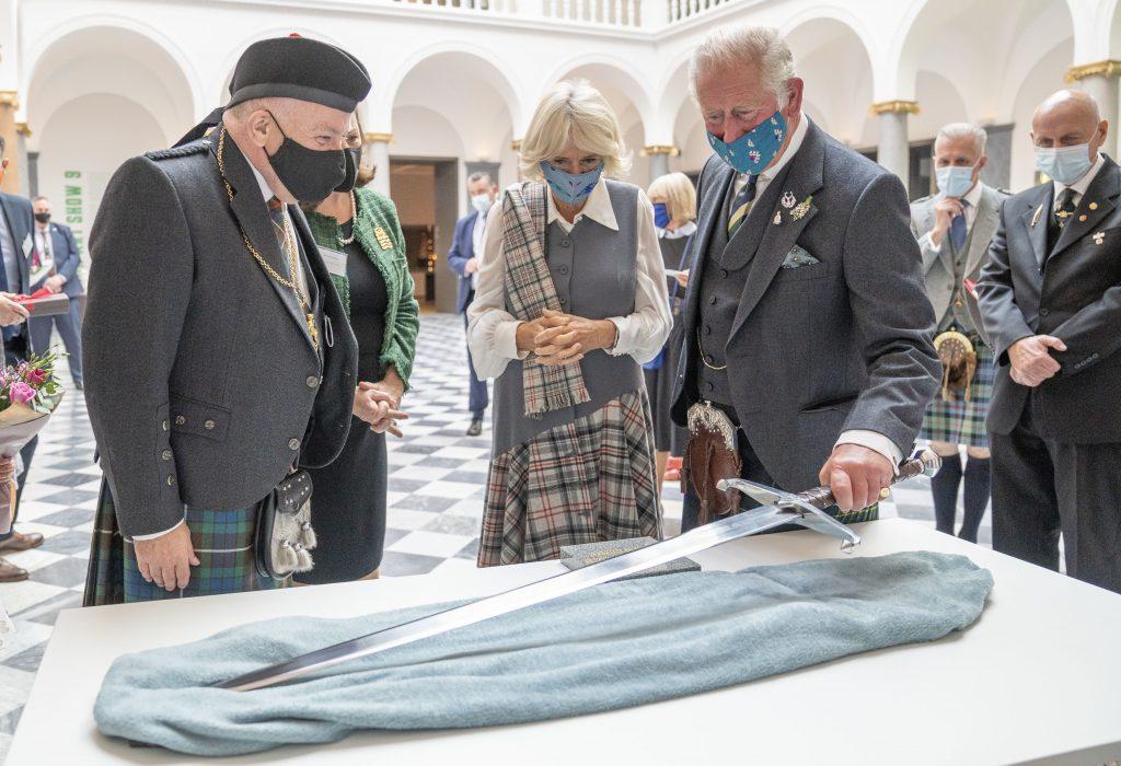 Le Prince Charles, Prince de Galles et Camilla, Duchesse de Cornouailles lors d'une visite pour l'ouverture officielle de l'Aberdeen Art Gallery réaménagée.