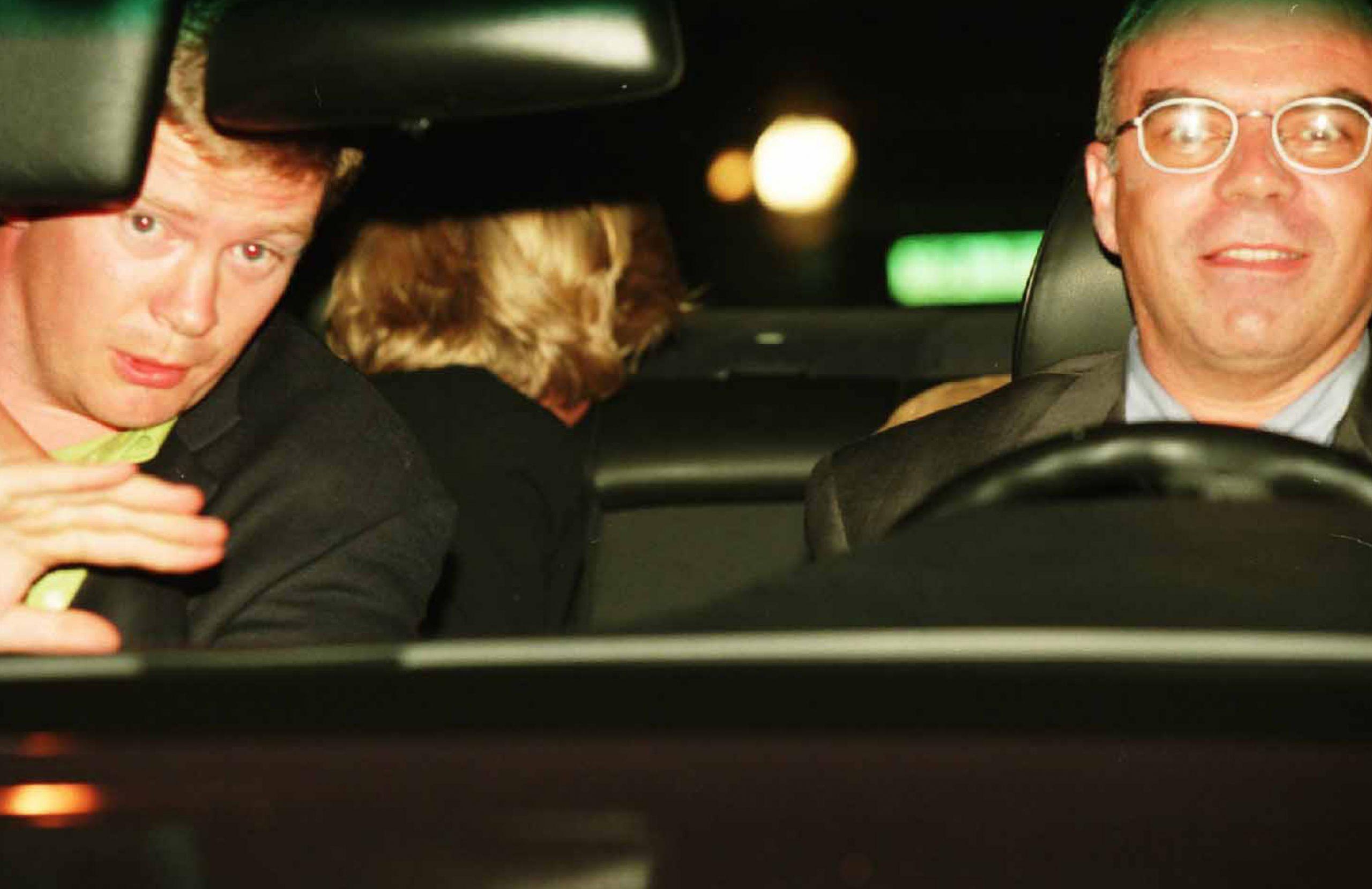 La princesse Diana assise à l'arrière d'une voiture à Paris quelques instants avant sa mort dans un accident de voiture.