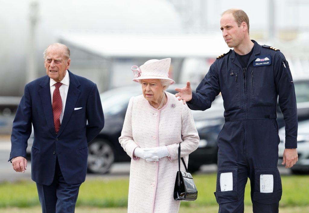 Le prince William, duc de Cambridge, fait visiter à ses grands-parents, la reine Elizabeth II et le prince Philip, duc d'Édimbourg, la nouvelle base de l'East Anglian Air Ambulance.