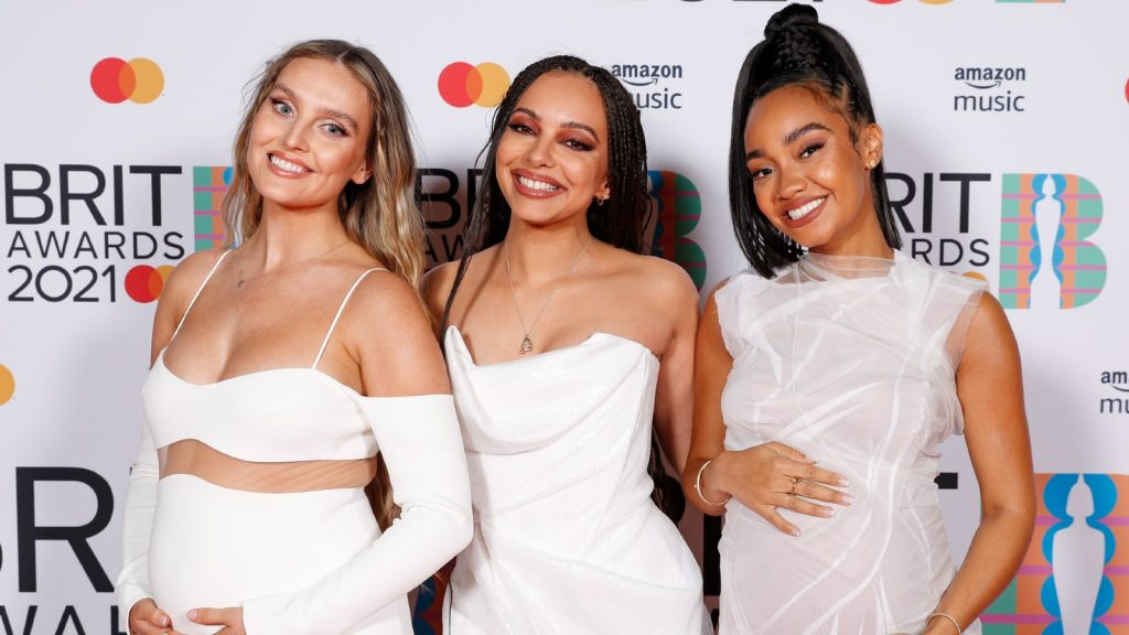 Perrie Edwards, Jade Thirlwall et Leigh-Anne Pinnock de Little Mix posent dans la salle de presse pendant les BRIT Awards 2021 à l'O2 Arena le 11 mai 2021 à Londres, Angleterre.
