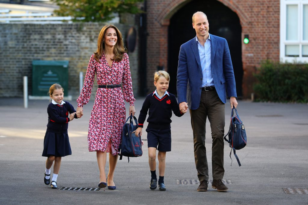 La Princesse Charlotte arrive pour son premier jour d'école, avec son frère le Prince George et ses parents le Duc et la Duchesse de Cambridge.