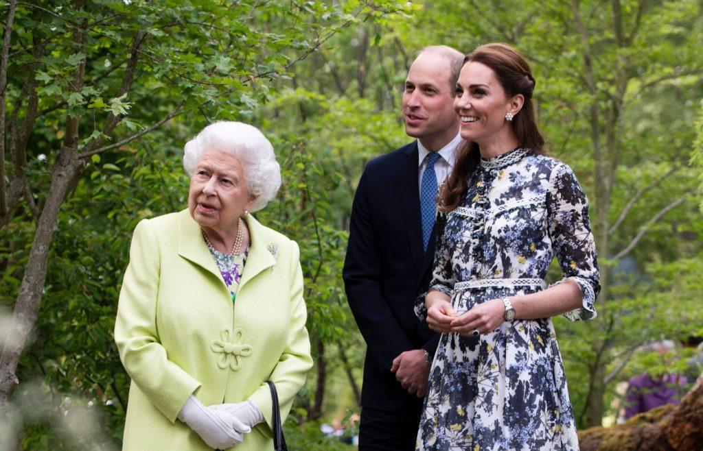 Le prince William et Catherine, duchesse de Cambridge, font visiter à la reine Élisabeth II le jardin
