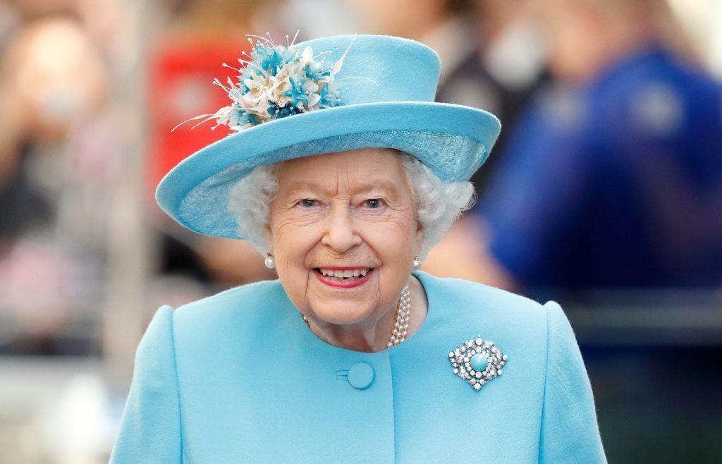 La reine Elizabeth II visite le siège de British Airways pour marquer le centenaire de la compagnie.
