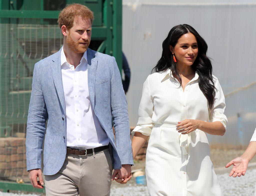 Le prince Harry, duc de Sussex, et Meghan, duchesse de Sussex, visitent un township pour se renseigner sur les services d'emploi pour les jeunes.