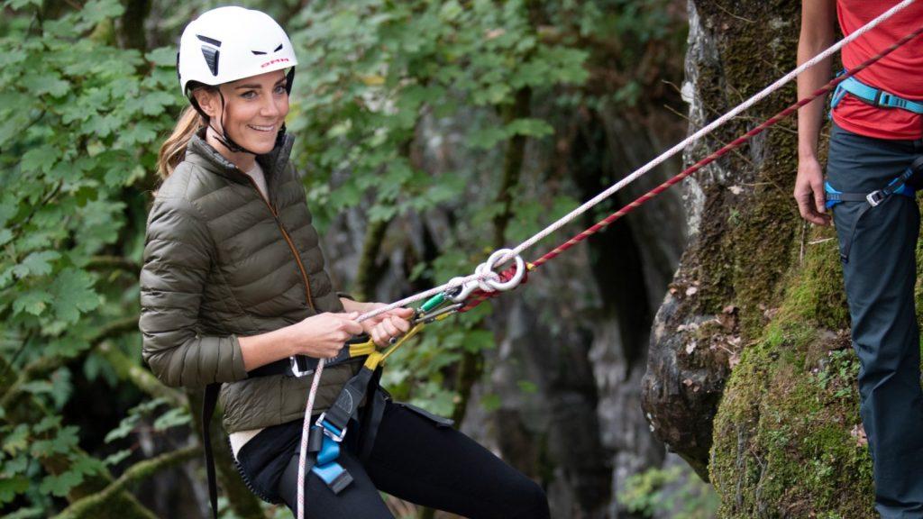 Catherine, duchesse de Cambridge, fait de la descente en rappel lors d'une visite au Windermere Adventure Training Centre avec des cadets de la RAF, le 21 septembre 2021 à Windermere, au Royaume-Uni.