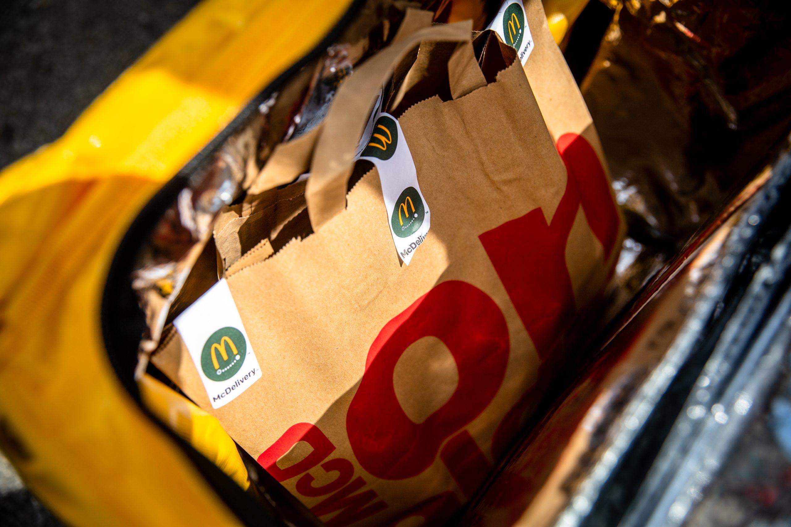 La nourriture de McDonald's dans un sac McDonald's