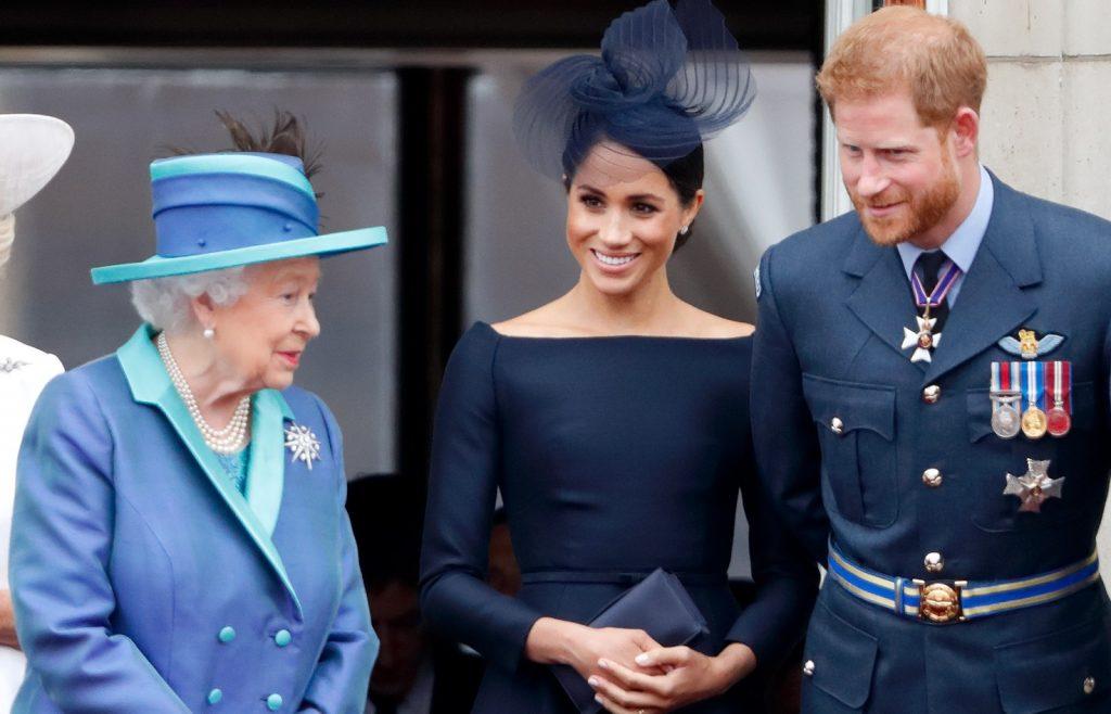 La reine Elizabeth II, Meghan, duchesse de Sussex, et le prince Harry, duc de Sussex, assistent à un défilé aérien pour marquer le centenaire de la Royal Air Force.