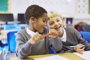 Deux garçons à l'école primaire en 2022