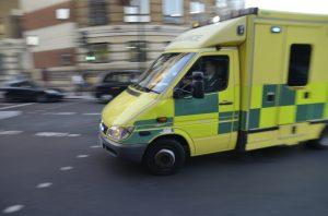 Ambulance sur un signal au coin d'une rue