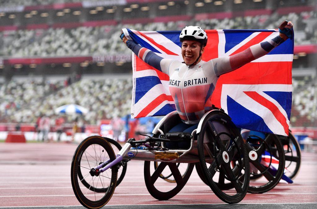 Hannah Cockroft, de Grande-Bretagne, célèbre sa victoire dans la finale du 800 mètres T34 féminin.