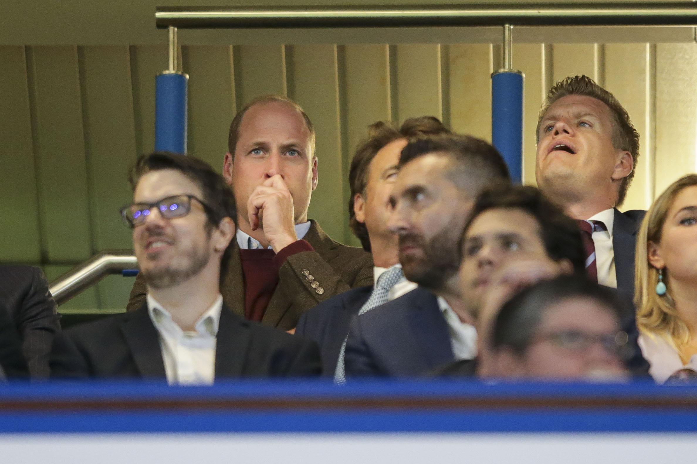 Le Prince William regarde avec anxiété le dernier match d'Aston Villa.